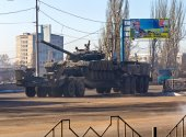Makeevka, Ukraine - February, 12, 2015: Tank belonging to the separatists transported in rebellious Donetsk — Stock Photo