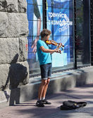 UKRAINE, KIEV - May 27,2013: Young violinist playing on the stre — Stock Photo