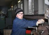 """Ukraine, Makeevka, - January, 29, 2013: The girl at the lathe turner. Plant for the production of fire extinguishers """"Torch"""" — Stock Photo"""