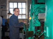 Ukraine, Anthracite - May 15, 2013: Repairer in the workplace. A — Stock Photo