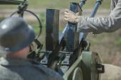Anti-aircraft gun with soldiers — Stock Photo