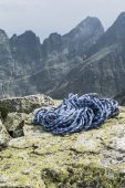 Rope on the rocks with peaks in the background — Stock Photo