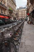 Pařížské ulice s kola k zapůjčení — Stock fotografie