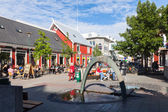Square in Reykjavik with a fountain and outdoor cafes — Stock Photo