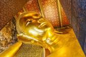 Visage de statue en or bouddha couché. wat pho, bangkok, thaïlande — Photo