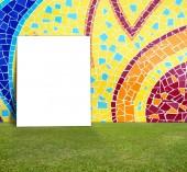 Κενό αφίσα με πολύχρωμο μωσαϊκό πλακιδίων τοίχου και πράσινο γκαζόν για το ενημερωτικό μήνυμα — Φωτογραφία Αρχείου