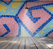 カラフルなモザイクと空の部屋でランプ タイルの壁、木の板の床 — ストック写真