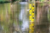 Water level indicator at the waterway — Stock Photo