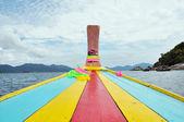 Kleurrijke hoofd van traditionele longtail boot tour rond Thailand Eilanden — Stockfoto