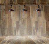 Lampe auf die hölzerne Plattform und Holzwand — Stockfoto