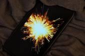 Nieuwjaar concept met een smartphone die kreeg een sparkler als achtergrond — Stockfoto