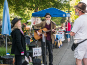 Local musicians chat with friends at Corvallis Farmers Market, O — Stock Photo