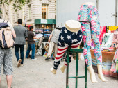 Two lower body mannequins in stretch pants at outdoor market in Lower Manhattan — Stock Photo