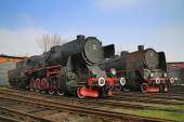 Two huge antique locomotives nex to the garage — Stock Photo
