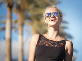 Smiling woman with trendy sunglasses on the holidays — Stockfoto