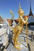 Golden Statue at Wat Phra Kaew on blue sky — Stock Photo