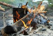 Kettle boiling on camp fire — Stock Photo