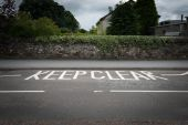 Keep clear on an asphalt road — Stockfoto
