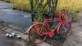 Old Red Bicyclewith a Basket up Front and dragging Cans from the Wedding behind — Stock Photo