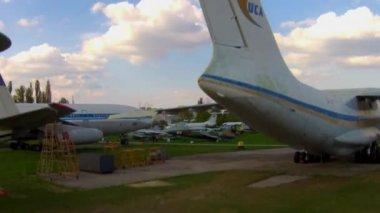 Oude vliegtuigen in Luchtvaartmuseum in Kiev — Stockvideo