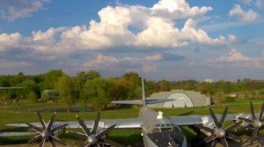 De Tupolev Tu-142 in het Luchtvaartmuseum in Kiev — Stockvideo