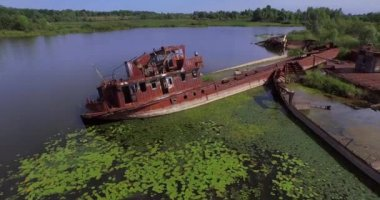 Abandoned barges and boats on the river of Pripyat near Chernobyl town — Stock Video