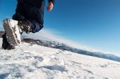 Mountaineer reaches the top of a snowy mountain. — Stock Photo