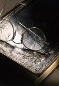 Gafas de lectura y el libro viejo — Foto de Stock