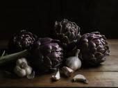 Fresh artichokes and garlic — Stock Photo
