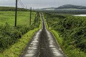 Narrow rural road through a picturesque landscape of the island of Islay — Stock Photo
