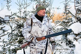 The hunter with gun in the winter camouflage — Fotografia Stock