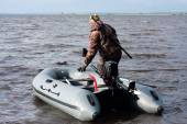 The hunter with the boat in shoal — Foto de Stock
