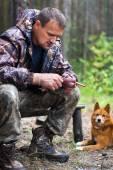 Hunter plucks a fowl — Stock Photo