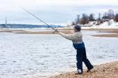Garçon pêche en rotation sur la berge — Photo