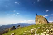 Man on the cliff in mountains at above sea — Stock Photo