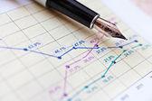 Finances et affaires - graphique financier au bureau — Photo