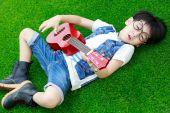 Pojke spela gitarr — Stockfoto
