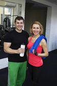 Fitness smiling couple in gym — Stock Photo