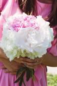 A noiva está segurando um buquê de peônias de belas flores — Fotografia Stock