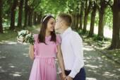 Newlyweds tseltsyutsya in the park — Stock Photo