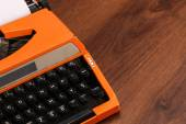 La macchina da scrivere Vintage arancia sul legno — Foto Stock