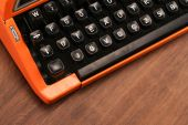 The Orange Vintage Typewriter on the Wood — Stockfoto