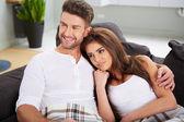 Linda pareja descansando en el sofá — Zdjęcie stockowe