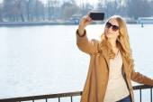 携帯電話で話している美しい女性 — ストック写真