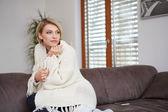 白色沙发上微笑着的年轻女子肖像 — 图库照片