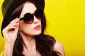 young gorgeous caucasian woman wearing sunglasses — Stock Photo