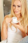 Güzel zarif kadın kahve içme yalınayak — Stok fotoğraf