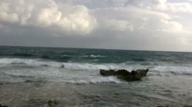 海岸に打ち寄せる波 — ストックビデオ