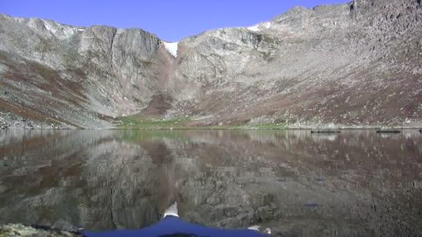 Reflejo de lago glaciar alpestre épica — Vídeo de stock