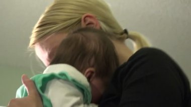 Mom soothes baby in her arms — Stock Video